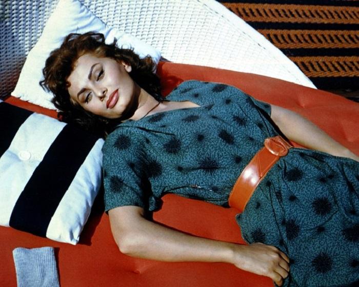 Софи Лорен умело подчеркивала все достоинства своей фигуры с помощью одежды.