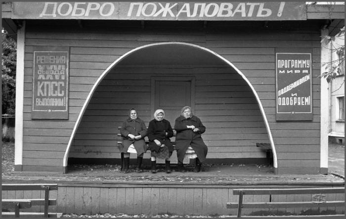 Главные слушатели на улице Хитарова, Новокузнецк, 1983 год.
