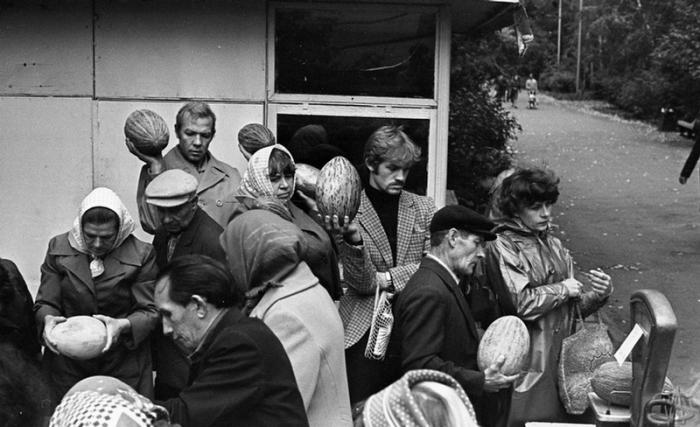 Городские жители в очереди за дынями и арбузами.