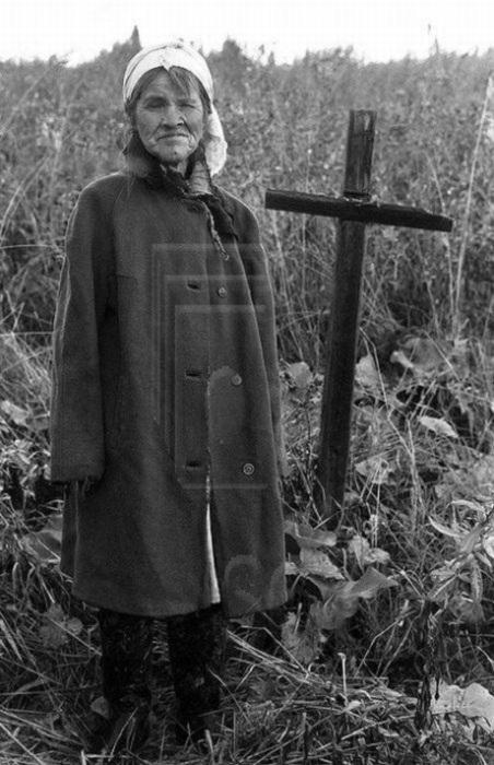 Женщина у могилы своей матери, которую задрал медведь. До ближайшего жилья 12 километров тайги. Река Мрас-Су, Горная Шория, Кузбасс, Сибирь, 1987 год.