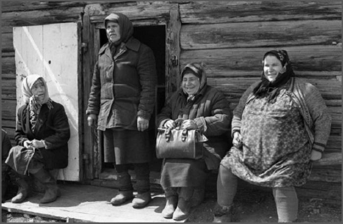 Бригада колхозниц собралась на выступление артистов передвижной агитбригады. Колхоз «Вперед», Новокузнецкий район.
