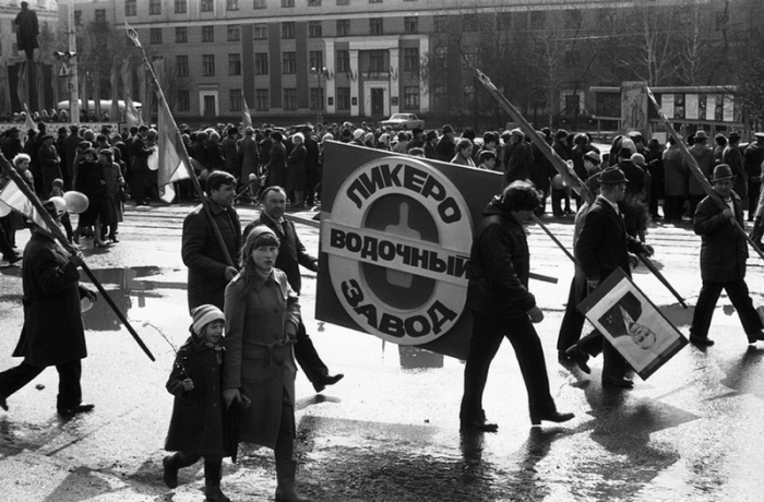 Алкоголь стал дефицитом после объявленной Горбачевым антиалкогольной кампании.