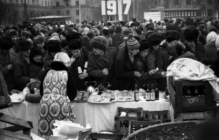 Торговля в «Масленицу» на площади Ленина, Новокузнецк, 10 марта 1984 года.