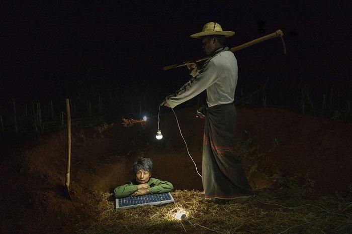 Рабочие роют отхожее место, Мьянма.
