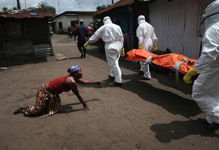 Погибшая от вируса Эбола сестра (справа), Либерия.