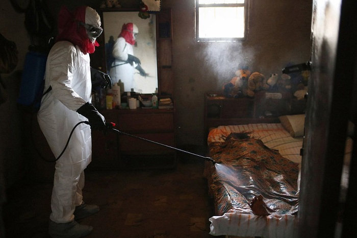 Погибшая женщина от вируса Эбола в городе Монровия, Либерия.