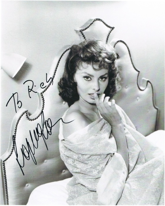 Легендарная итальянская актриса и певица ставила автографы не на все свои фотографии.