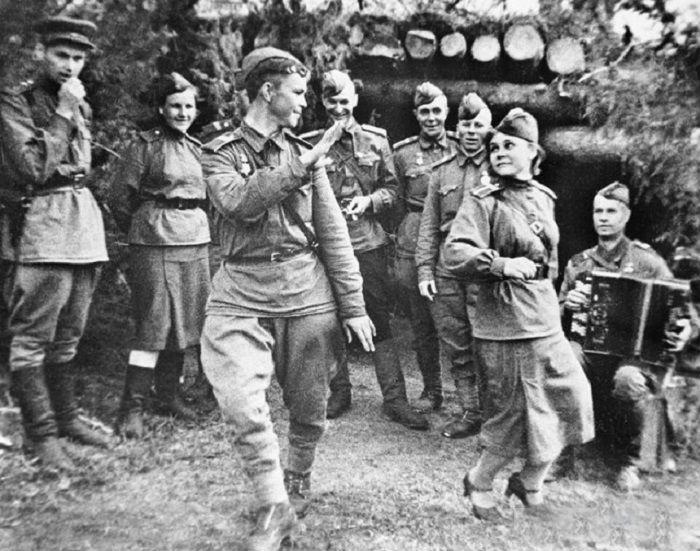 Советские солдаты танцуют в минуты отдыха от ожесточенных боев.