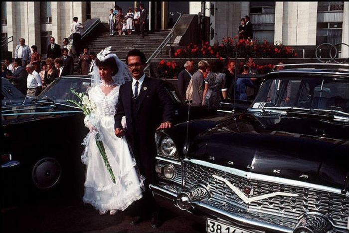 Молодожены у Центрального дворца бракосочетаний, 1988 год. Фотограф Бруно Барби (Bruno Barbey).