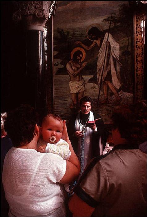 Таинство крещения, 1988 год. Фотограф Бруно Барби (Bruno Barbey).