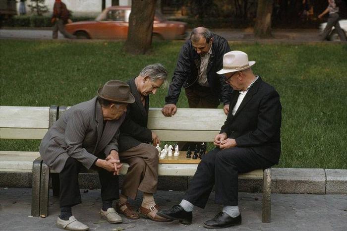 Шахматисты и случайные зрители в парке, 1988 год. Фотограф Бруно Барби (Bruno Barbey).