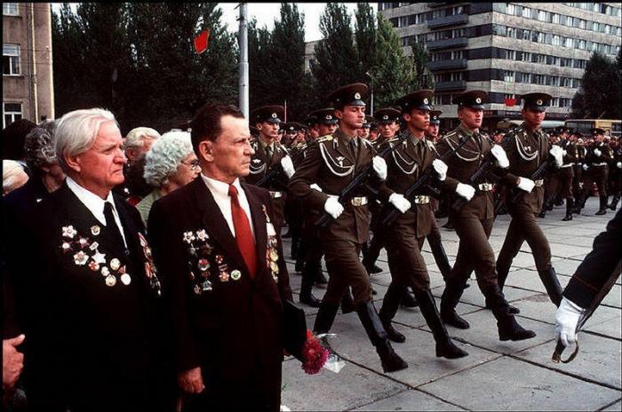 Донецкие ветераны Второй мировой войны пришли почтить погибших во время нацистской оккупации, 1988 год.Фотограф Бруно Барби (Bruno Barbey).