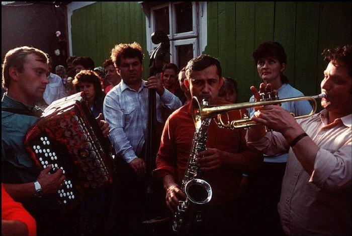 Оркестр на сельской свадьбе, 1988 год. Фотограф Бруно Барби (Bruno Barbey).