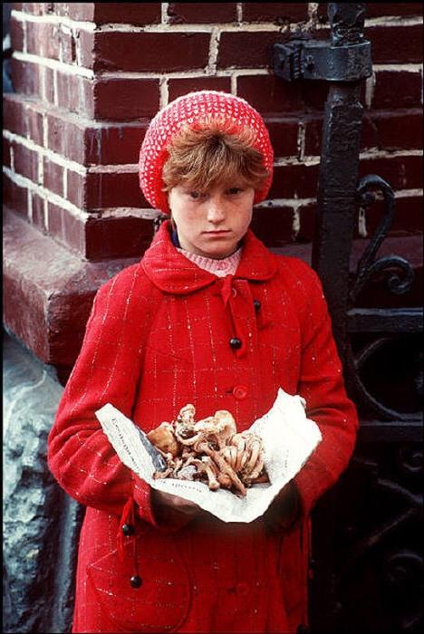 Девочка продаёт сушённые грибы на львовском рынке, 1988 год. Фотограф Бруно Барби (Bruno Barbey).