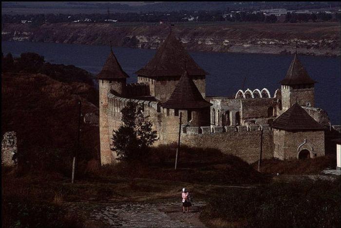 Замок расположен рядом с городом Черновцы. Фотограф Бруно Барби (Bruno Barbey).