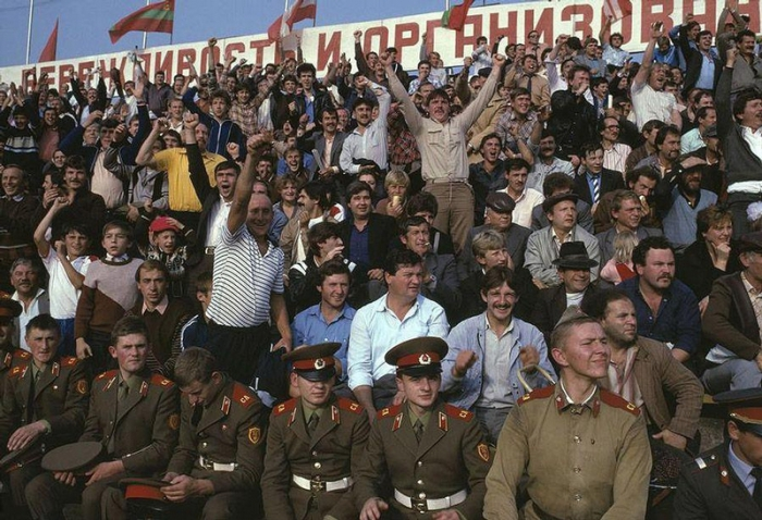 Зрители на трибуне в Черновцах, 1988 год. Фотограф Бруно Барби (Bruno Barbey).