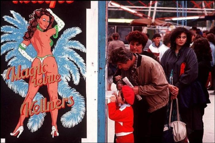 Очередь за билетами на представление, 1988 год. Фотограф Бруно Барби (Bruno Barbey).