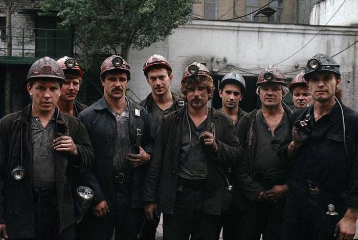 Шахтёры из Донецка после трудового дня, 1988 год. Фотограф Бруно Барби (Bruno Barbey).