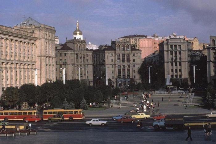 Площадь Октябрьской революции вдоль улицы Крещатик, 1988 год. Фотограф Бруно Барби (Bruno Barbey).