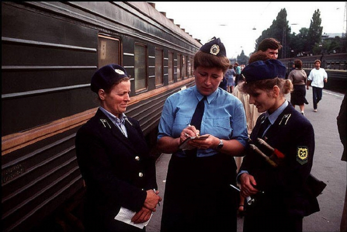 Проводницы на вокзале, 1988 год. Фотограф Бруно Барби (Bruno Barbey).