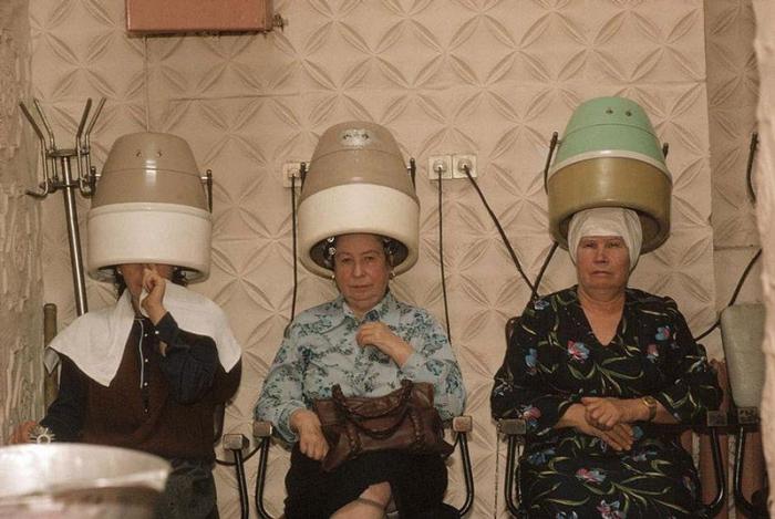 Женщины в парикмахерской, Черновцы, 1988 год. Фотограф Бруно Барби (Bruno Barbey).
