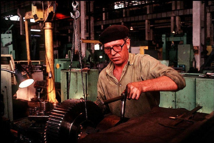 Мужчина, работающий за станком, 1988 год. Фотограф Бруно Барби (Bruno Barbey).