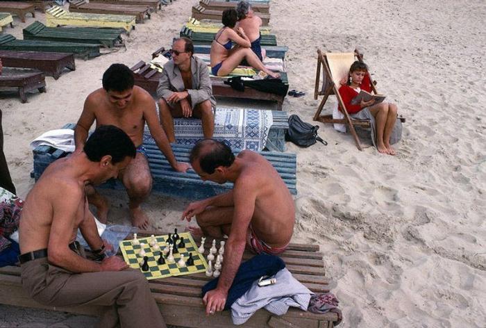 Пляжное развлечение одесситов, 1988 год. Фотограф Бруно Барби (Bruno Barbey).
