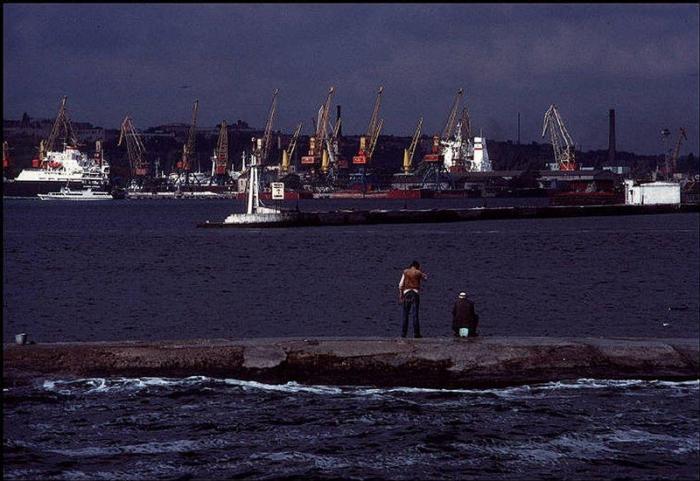 Один из самых оживленных портов в Украине, 1988 год. Фотограф Бруно Барби (Bruno Barbey).