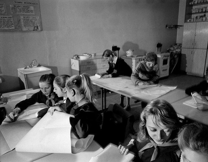Ученики на уроке черчения, 1988 год. (Carl De Keyzer). Фотограф Карл Де Кейзер (Carl De Keyzer).