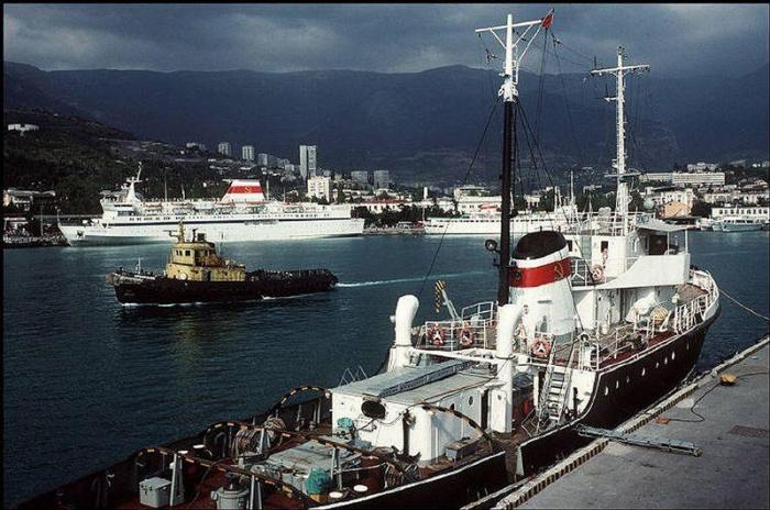 Морской торговый порт на южном берегу Крыма, Ялтинского залива, 1988 год. Фотограф Бруно Барби (Bruno Barbey).
