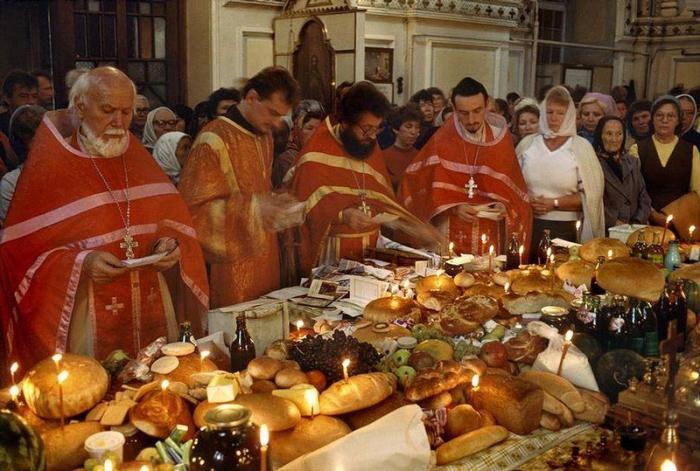 Православные одесские священники благословляют еду на Пасху, 1988 год. Фотограф Бруно Барби (Bruno Barbey).