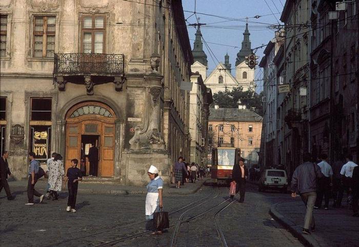 Львовская центральная рыночная площадь, 1988 год. Фотограф Бруно Барби (Bruno Barbey).