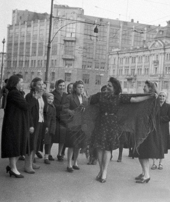 Женщины танцуют на улицах Москвы в честь Дня Победы, 9 мая 1945 года.
