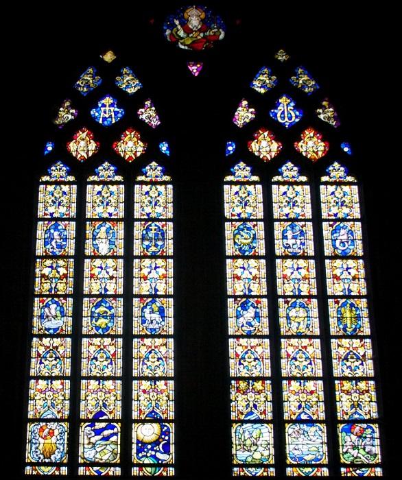 В церкви привлекает внимание яркая капелла, залитая солнцем с красивой росписью стен, цветными витражами.