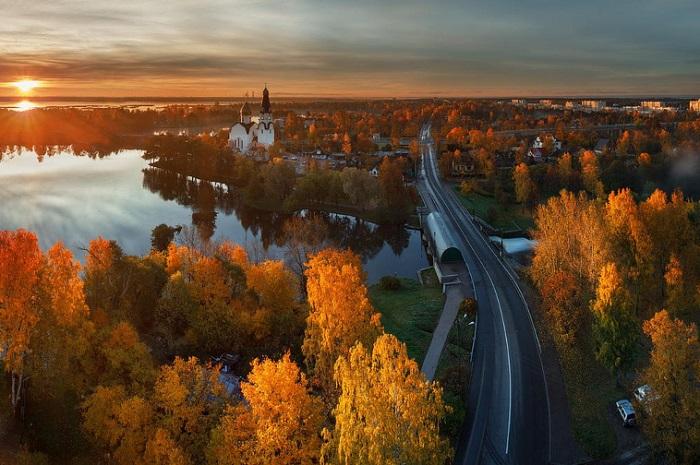 Второй по величине город России, на реке Неве.