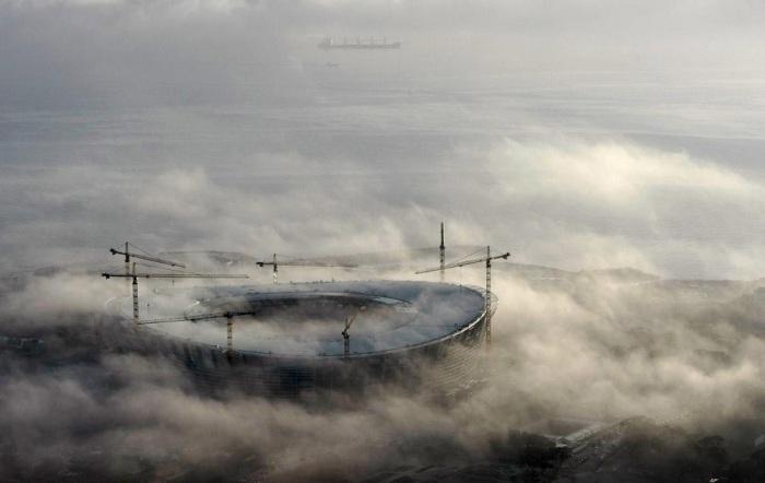 Туман клубится над строящимся стадионом «Кейптаун». Фотограф Майк Худчинг (Mike Hutchings).