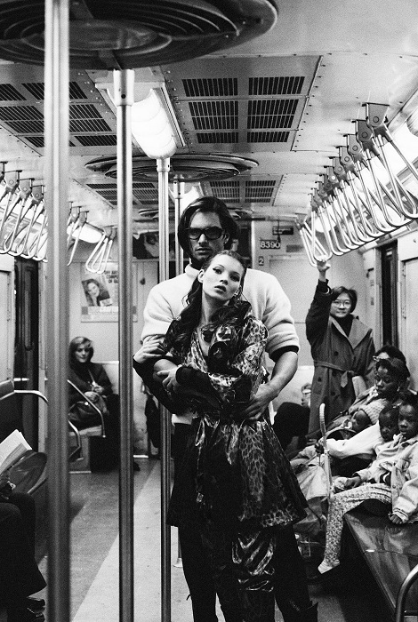 Кейт Мосс и Маркус Шенкенберг в троллейбусе на странице «Harper's Bazaar Uomo», Нью-Йорк, 1992 год.