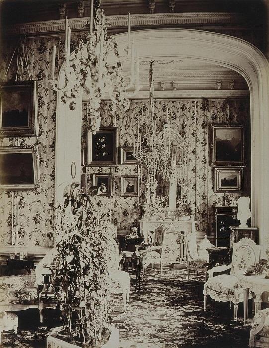 Великолепная декоративная отделка помещения соответствует убранству дворца.