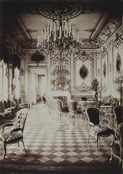 Гостиная дворца украшена великолепной коллекцией бронзы.