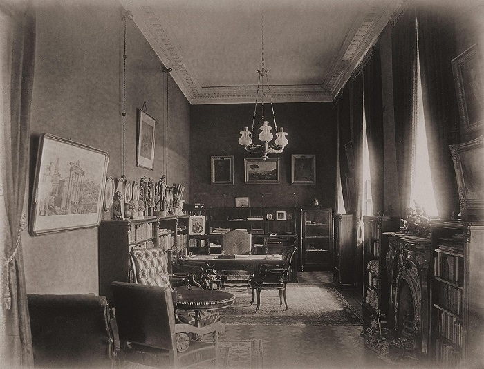 Кабинет С. Г. Строганова находился в северном корпусе дворца, параллельном Невскому проспекту, и граничил с Арабесковой гостиной.