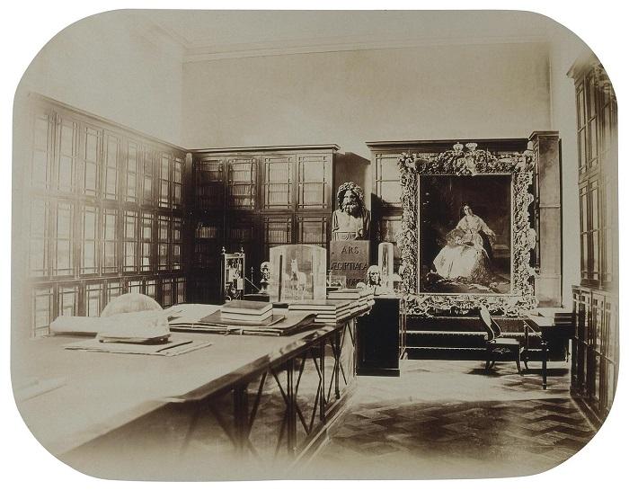 Физический кабинет, который представлял собой алхимическую лабораторию.