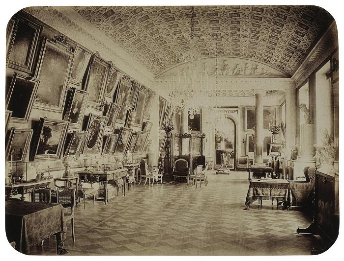 Галерея, расположенная в восточном корпусе, стала не только жемчужиной парадных покоев Строгановского дворца, но благодаря мемуарной литературе стала именем собственным, обозначающим уникальное художественно-историческое явление.