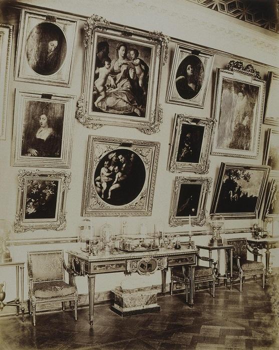 Протяженное пространство галереи разбито на три части, центральная из которых отводилась главным картинам коллекции и представляла собой зал с пологим кессонированным сводом. Симметрично центральной части галереи слева и справа располагались две небольших лоджии с небольшими куполами.