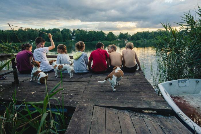 Вечерние душевные посиделки на берегу реки, которые со временем будут вспоминаться исключительно с улыбкой.