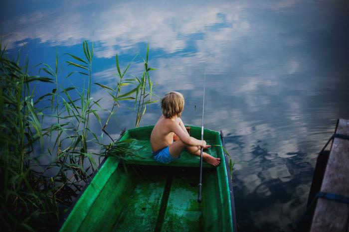 Мальчишки любят рыбалку, ведь это - настоящее мужское занятие.