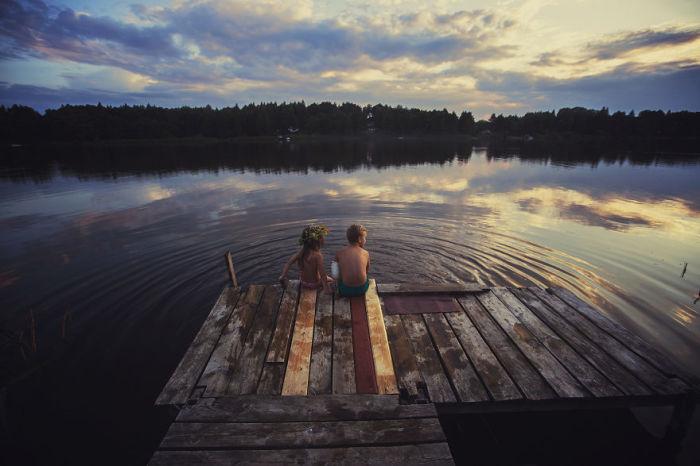 Сидя вечером у реки можно вообразить невероятные волшебные приключения.