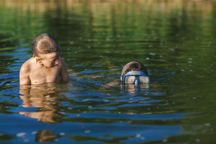 Играть в героев в реке намного интереснее, чем в ванной.