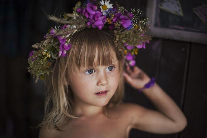 Такое яркое украшение, сделанное своими руками, несомненно понравится маленькой красавице.
