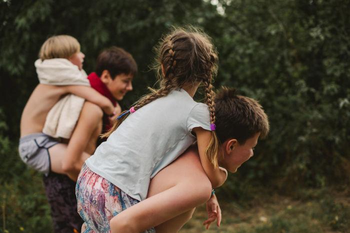 Когда есть старшие братья – младшим детишкам скучать не приходится.