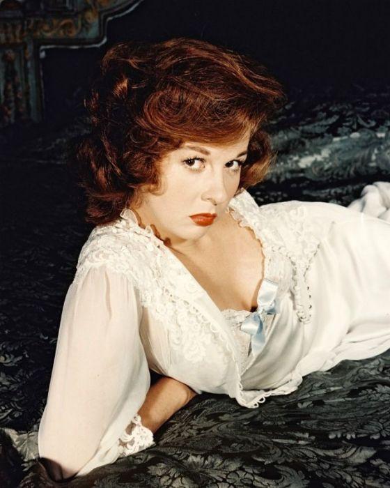 Американская кинозвезда Сьюзен Хэйворд позирует для модного журнала в белом кружевном неглиже.